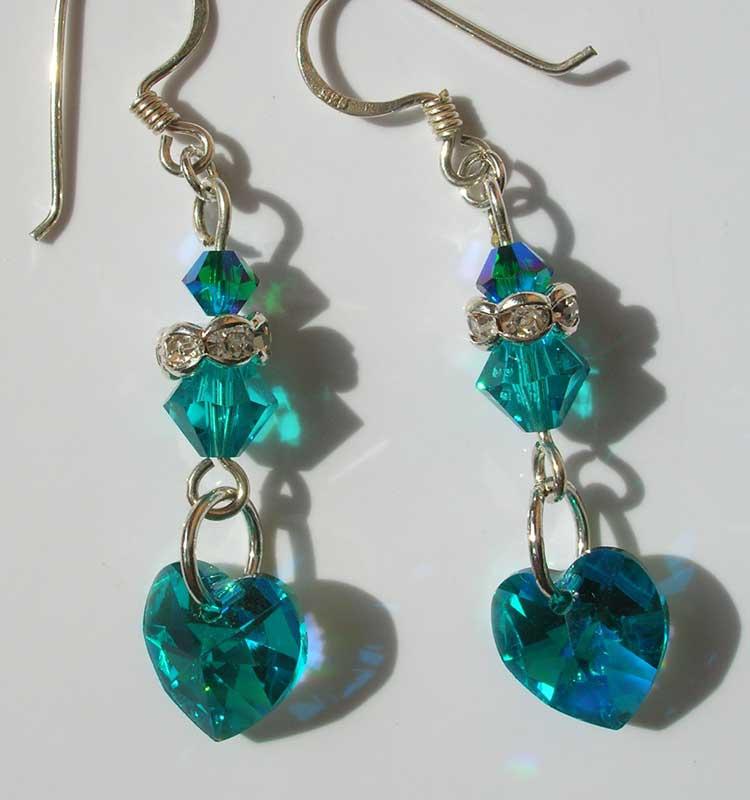 Modelli di orecchini di bigiotteria fai da te. I modelli di orecchini di bigiotteria fai da te variano in base al materiale che vogliamo utilizzare e alla chiusura con la quale assembliamo il gioiello.