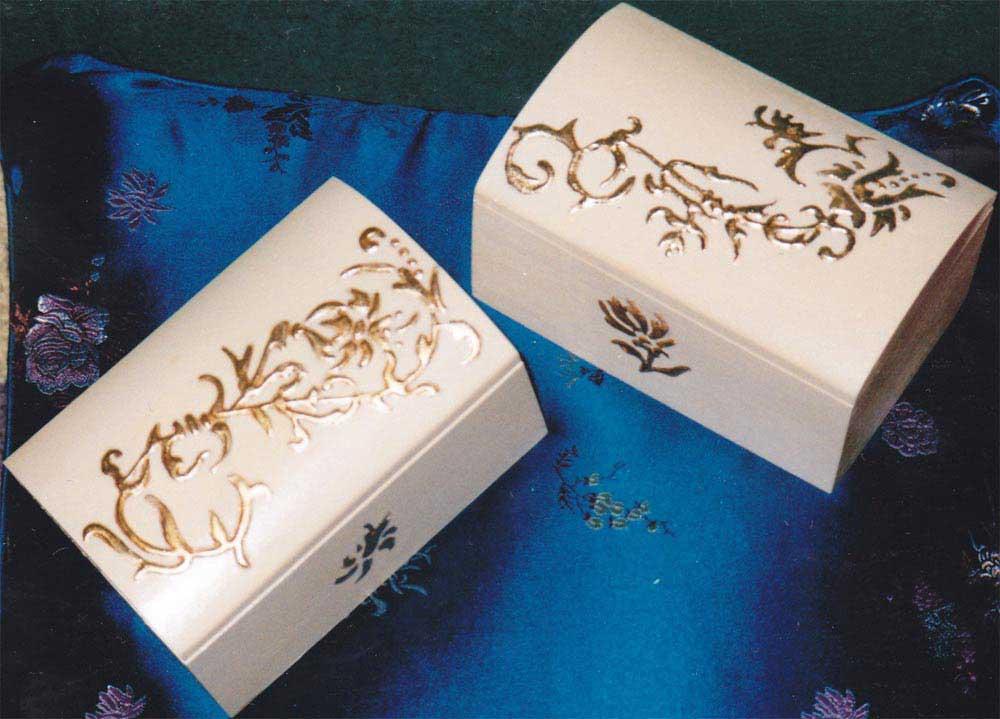 Pittura su contenitori in legno scrigni decorati a - Decorazioni pirografo ...